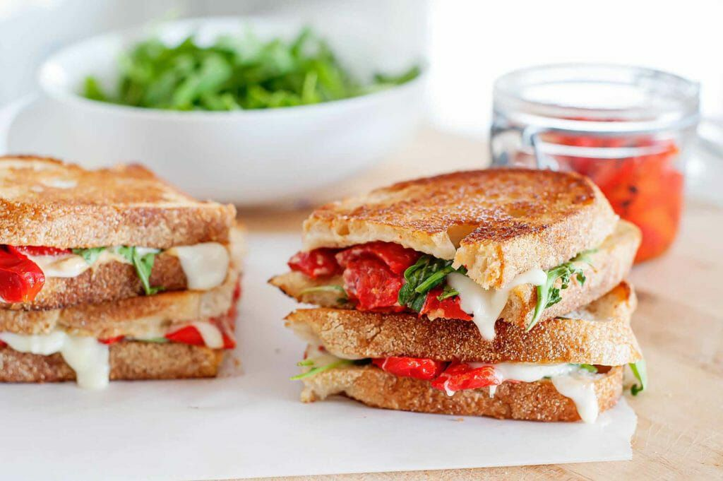 Recipe for Mozzarella Grilled Cheese with red peppers and arugula