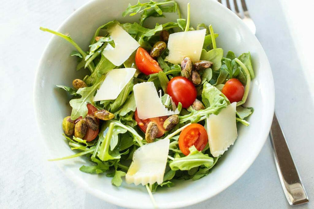 Arugula salad with tomatoes and cheese