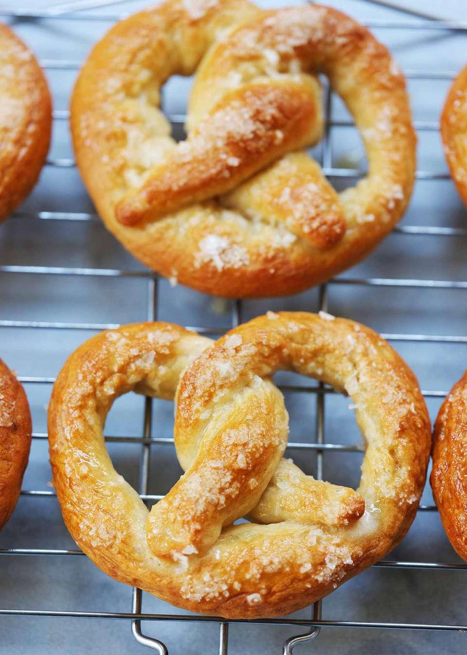 How to make soft pretzels Homemade soft pretzels cooling on a cooling rack