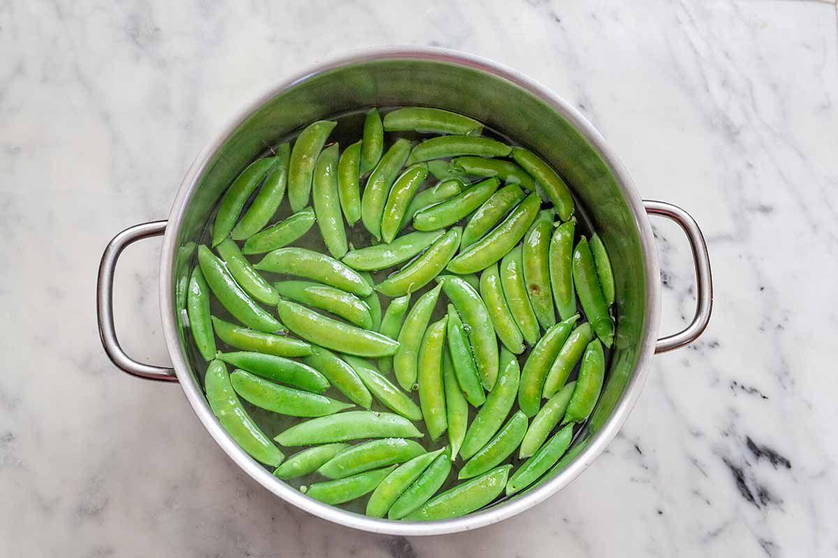 Healthy Steak Noodle Bowl - snap peas in a pot