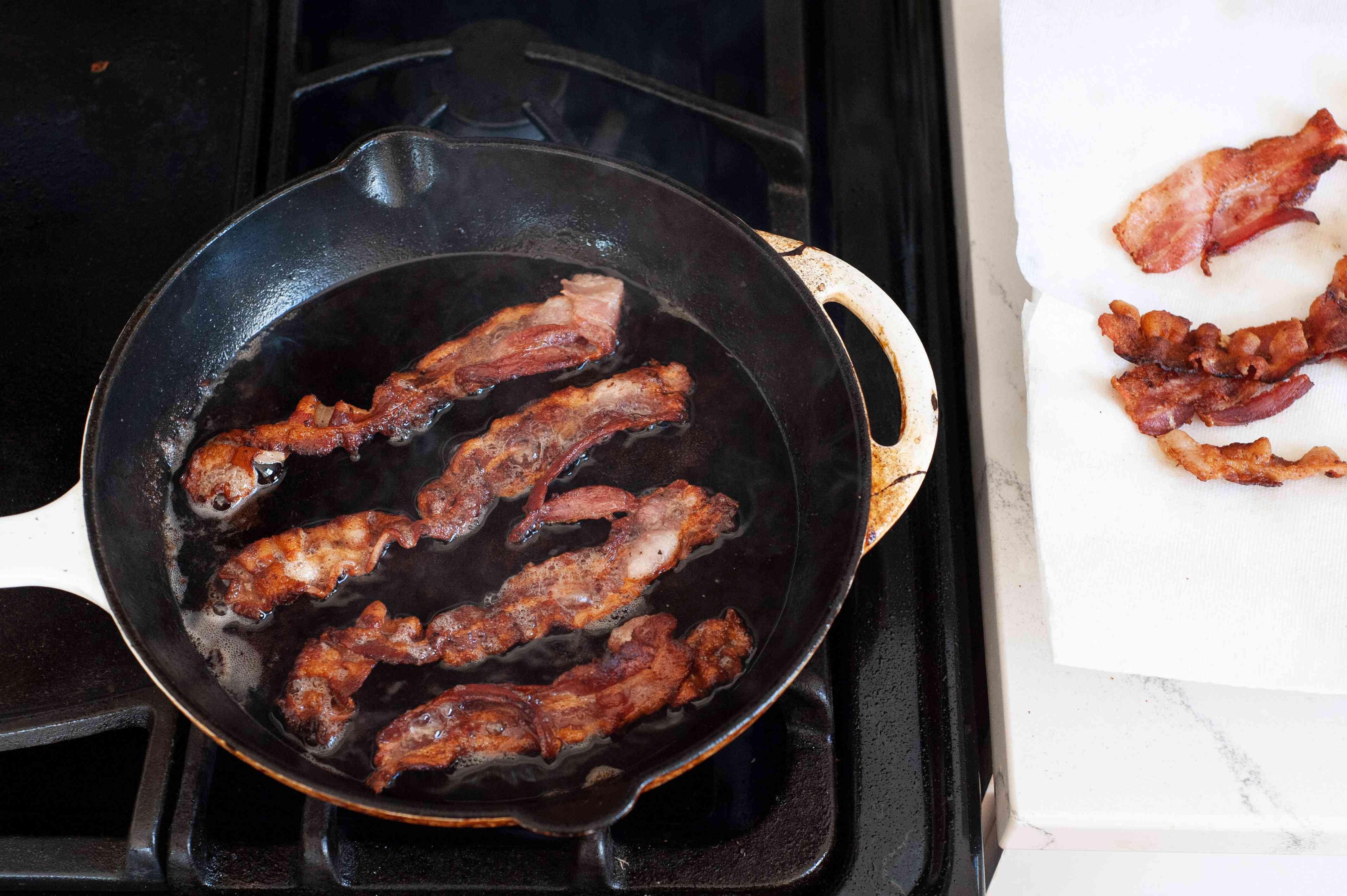Pan frying bacon to make pasta with bacon and tomatoes