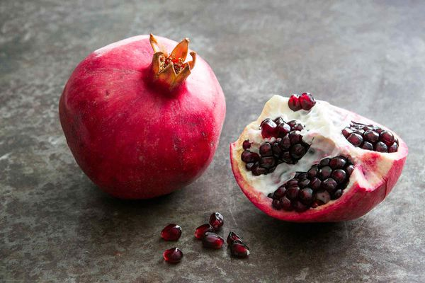 how to eat a pomegranate without making a mess