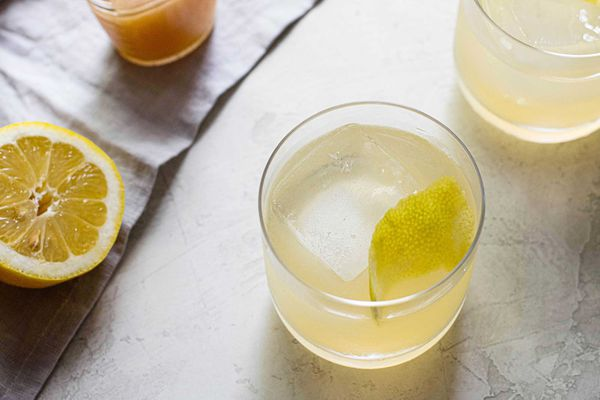 Bee's Knees simple cocktail recipe with gin and honey and lemon