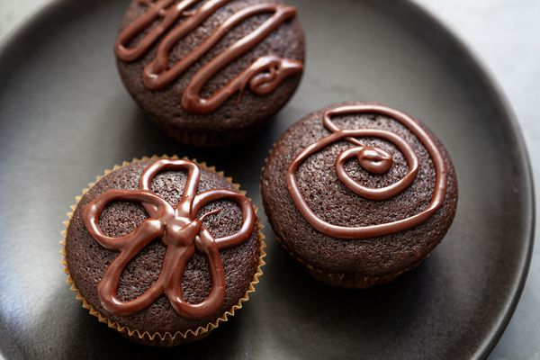 Easy cupcake recipe with cupcakes on a platter.