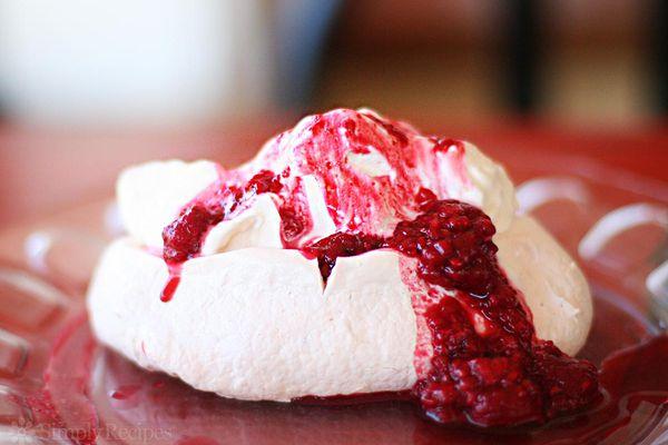 Pavlova with raspberry sauce