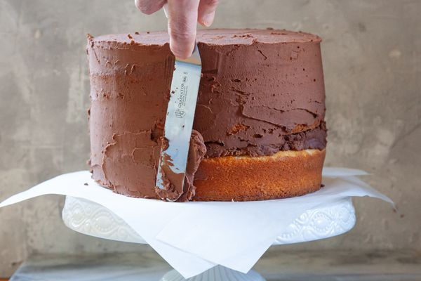 Showing a Cake Frosting Technique using chocolate frosting.